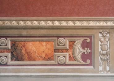 Riproduzione di balza in finto marmo con moderature in chiaro scuro - tempera a calce su muro. Palazzo Pubblico - Siena