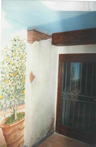 Particolare ingresso con paesaggio ed elementi architettonici in finto legno e finti mattoni. 3.40 x 4.00
