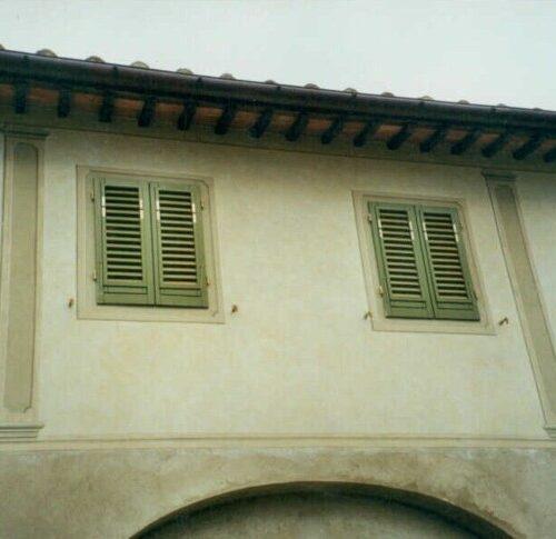 Esecuzione di decorazione con lisciatura, finte colonne e riquadri a finestre, a grassello di calce. Villa privata - Arezzo
